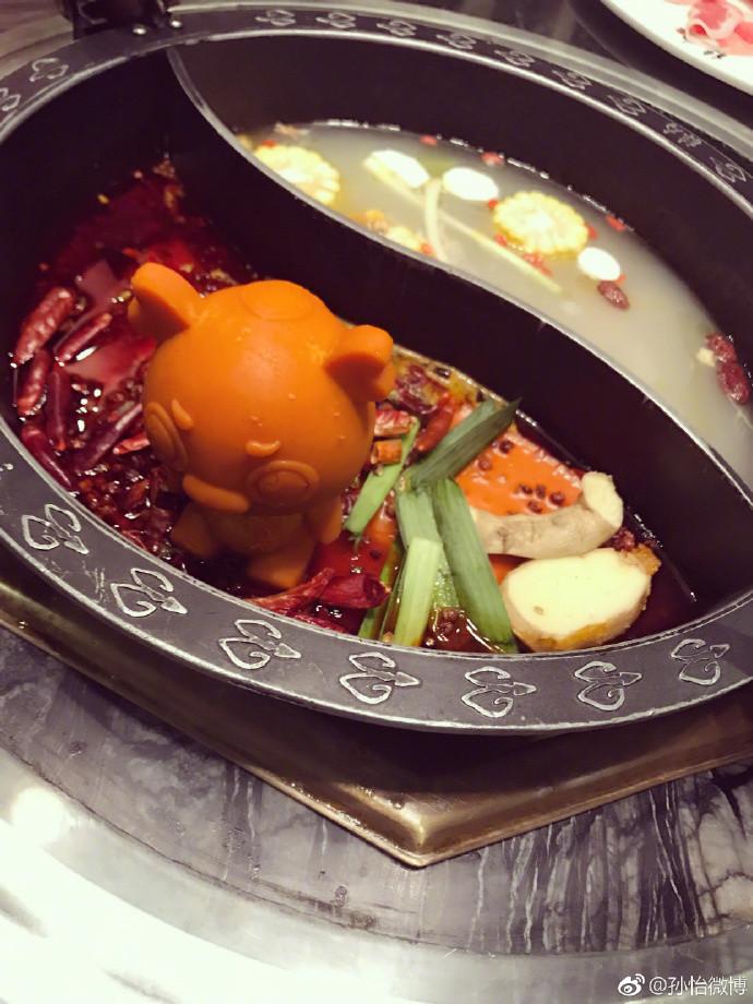 火锅中可以看到很多辣椒