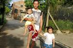 陈伟霆带孩子一手牵着一手抱着像模像样