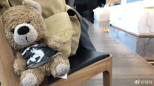 谢霆锋发微博称被熊偷拍 仰拍角度秒变表情包