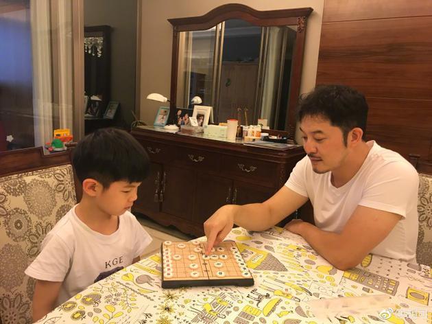 安吉沙溢父子下象棋 网友:我猜安吉赢