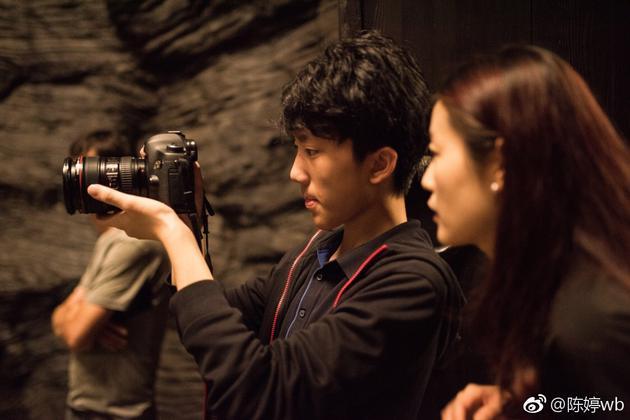 张艺谋的妻子陈婷在微博发出儿子张壹男在电影剧组实习的照片。