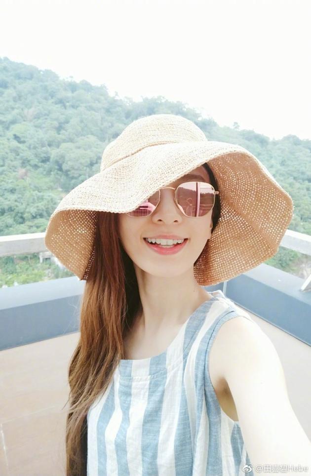 田馥甄阳台自拍假装在度假 红唇齿白笑容甜美