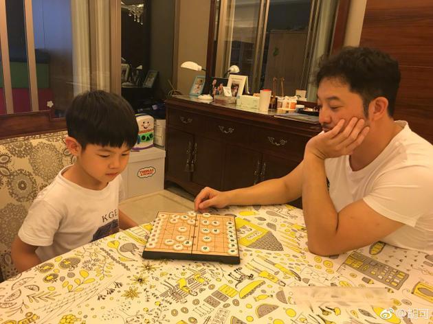 沙溢与儿子下象棋安吉一脸认真