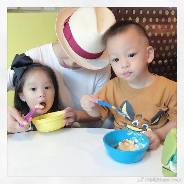 徐若瑄关颖好姐妹晒抱娃合照 孩子大眼圆脸很可爱