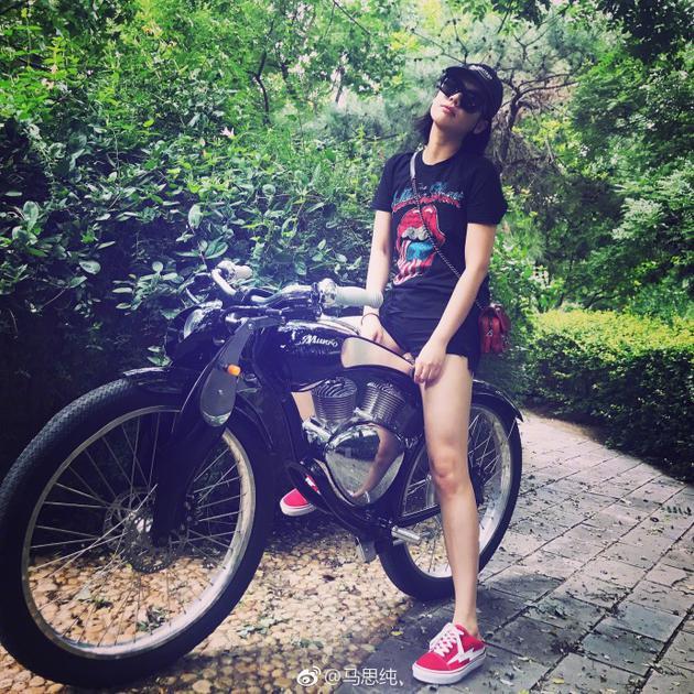 马思纯骑单车活力十足 大长腿抢镜清纯可爱