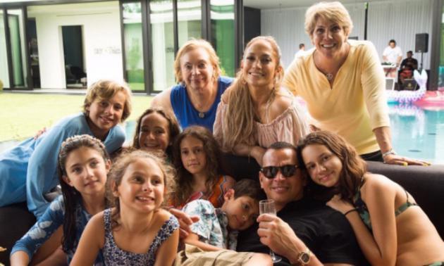 洛佩兹与阿-罗德办泳池聚会 继续与孩子一同庆生