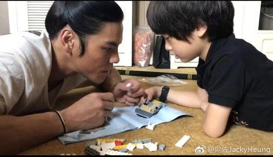 """向佐与李亦航拼积木互动 """"父子""""同框画面温馨"""