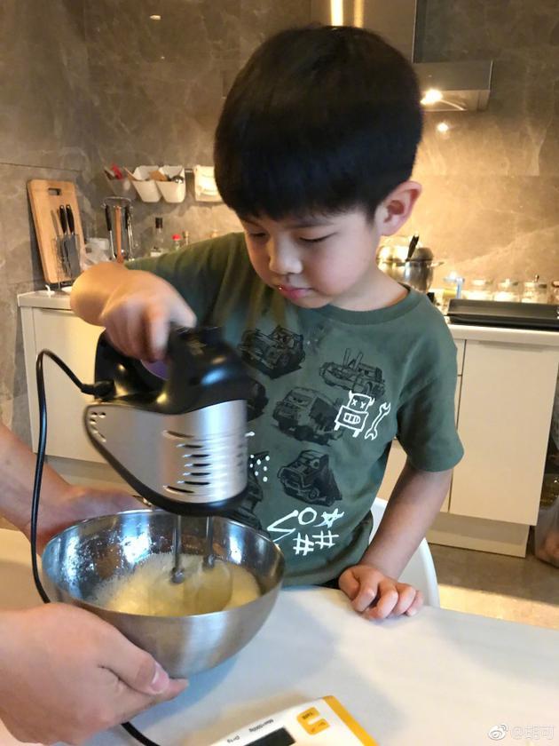安吉小鱼儿做蛋糕争抢打蛋器 网友:又要开战?