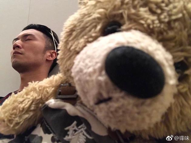 谢霆锋晒睡颜照安静帅气 自称再度被熊偷拍