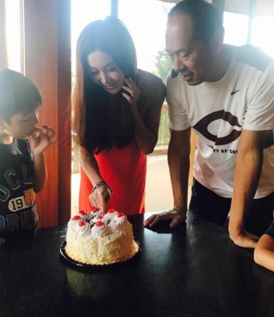 温碧霞走出婚变阴霾 与老公合照共庆51岁生日