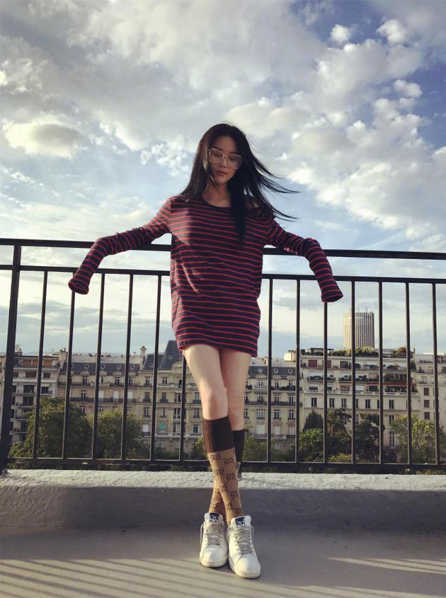 张馨予巴黎进修油画 街拍凹造型大长腿抢镜
