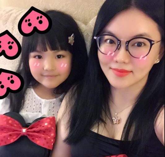 复制粘贴!李湘与女儿甜笑自拍表情一模一样