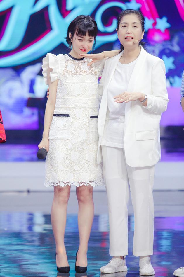 《快本》吴昕见到妈妈秒变小棉袄:我叛逆期来得晚