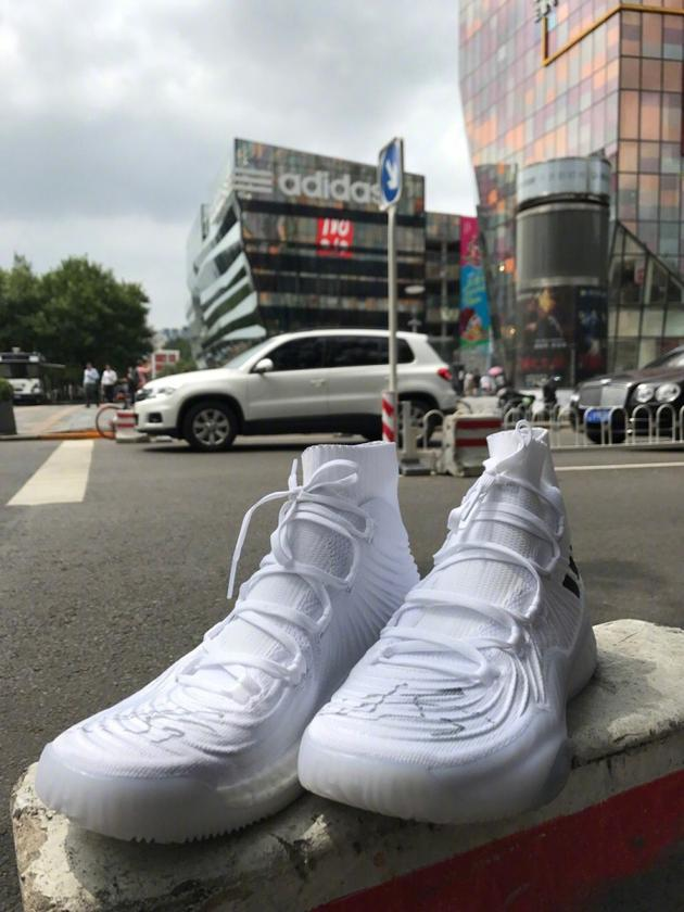 林书豪北京三里屯藏签名球鞋 网友:马上订机票!