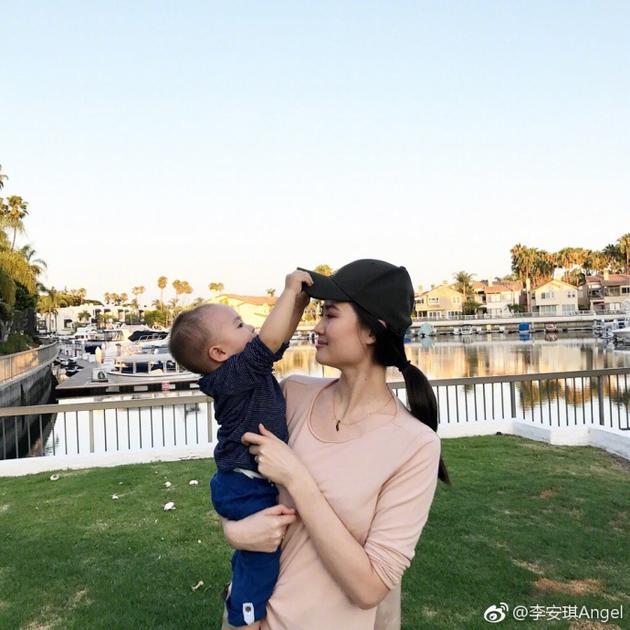 李小鹏老婆亲吻儿子画面超甜 网友:弟弟终于笑了