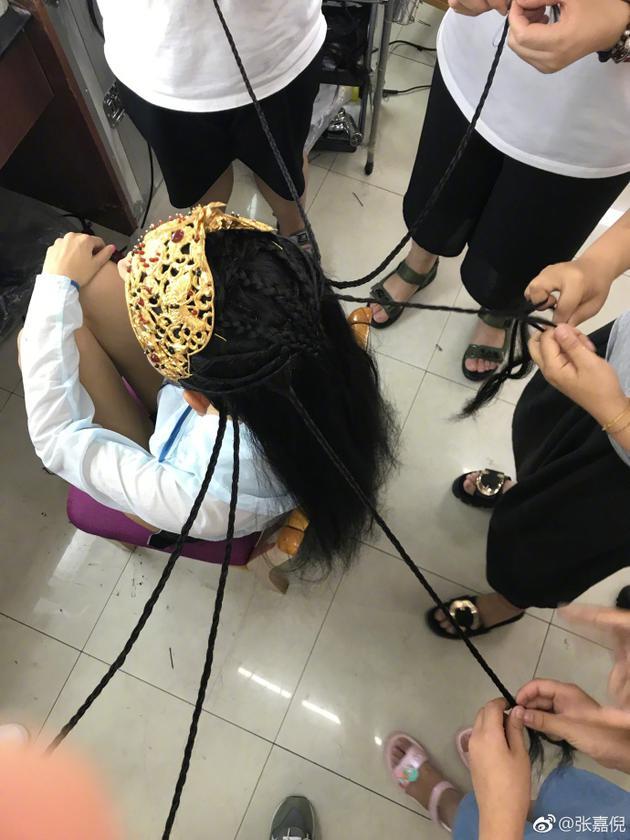 辣妈张嘉倪妆发阵势庞大 多人同时为她编辫子
