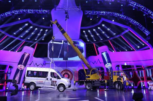 魔术贴吊起两吨汽车!《向未来》揭秘自然仿生学