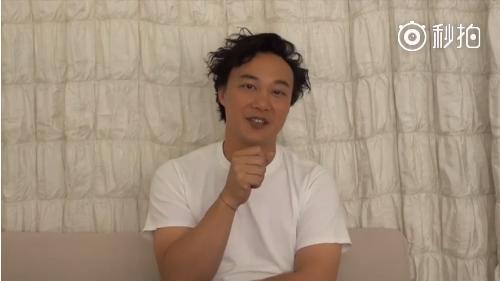 还有这种操作?陈奕迅宣传新歌却假装手上有话筒