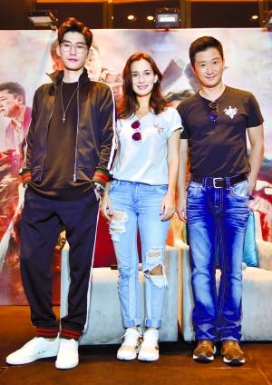 吴京与卢靖珊、张翰亮相《战狼2》广州发布会