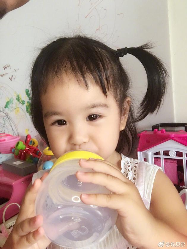 包贝尔晒女儿饺子萌照