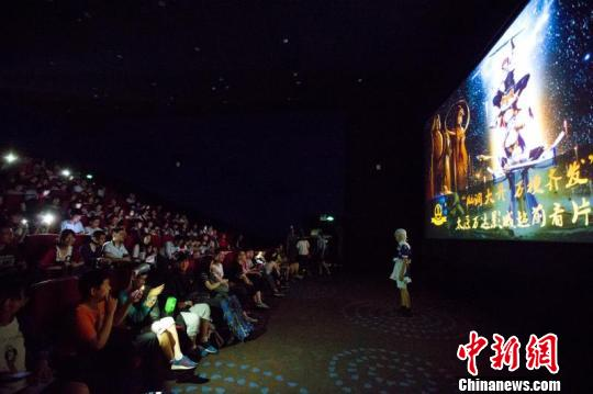 数百名影迷等待观影《十万个冷笑话2》。 张云 摄