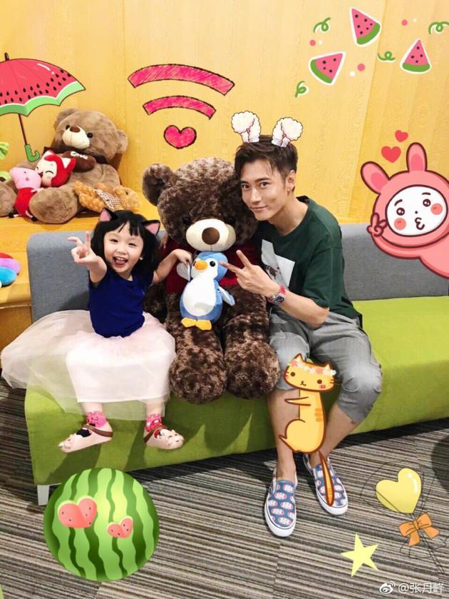 张丹峰和女儿一起搞怪