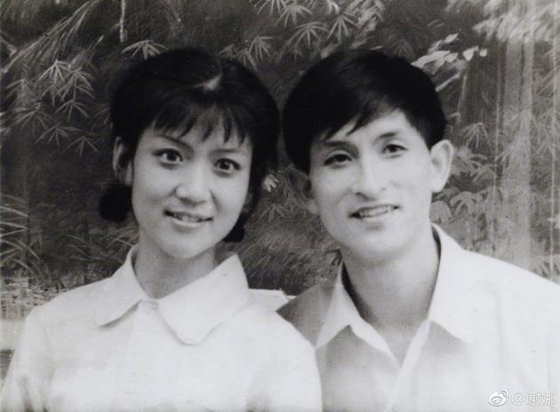 谢娜晒爸妈年轻时情侣照:父母颜值高气质好很配