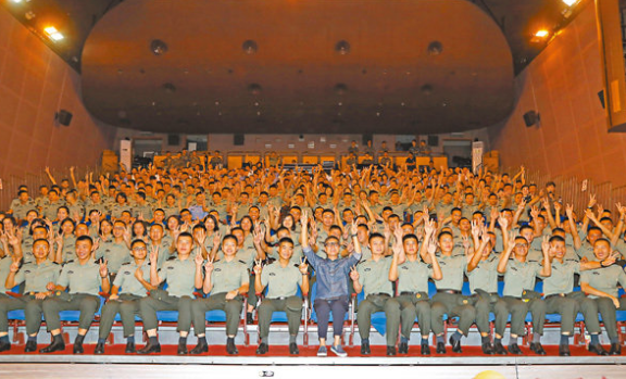 刘伟强昂船洲与300多位军人欣赏《建军大业》