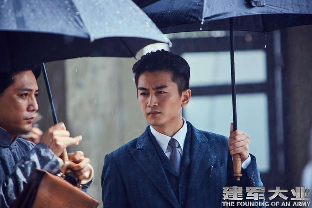 陈晓扮演的任弼时在大雨中劝说毛泽东