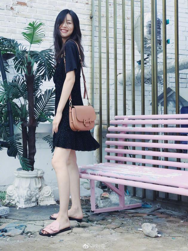 超模刘雯穿短裙秀美腿 标志性笑容依旧治愈