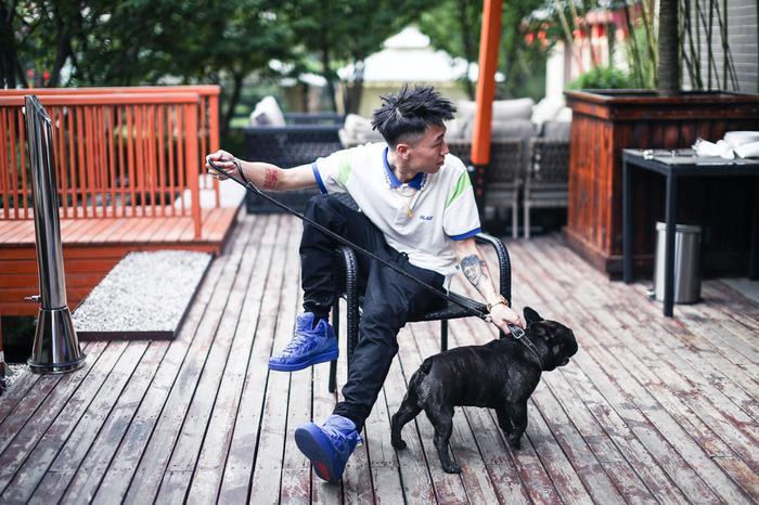丁飞和他的爱犬,看他酷帅的发型和打扮。