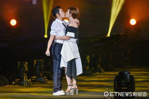 刘若英、梁静茹忘情接吻