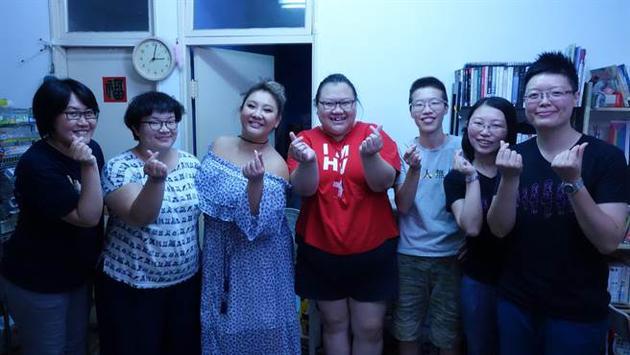 《谁来晚餐》邀请郑欣宜(左三)、林昱君(左四)、谢莉君(左二)。