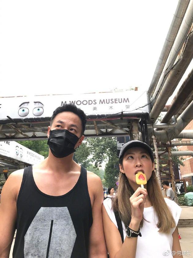 何润东和太太林姵希搞笑合影