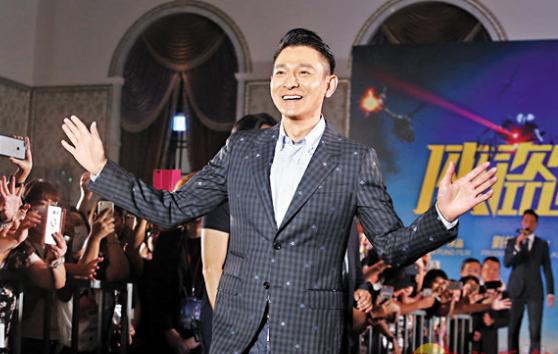 刘德华向粉丝打招呼。