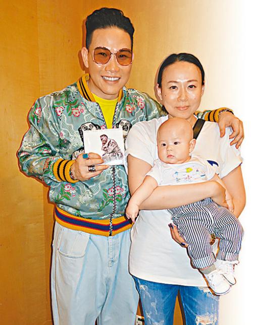 苏永康带太太和儿子出席其发烧碟宣传活动。
