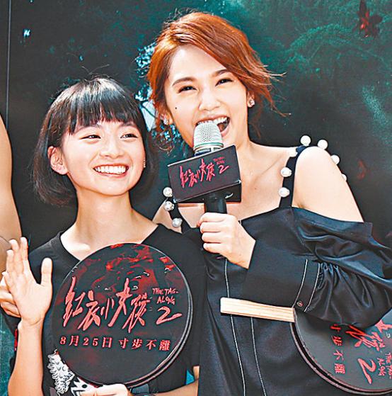 杨丞琳搂着片中的女儿詹宛儒。