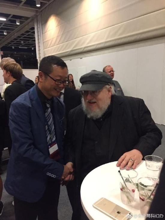 在雨果奬相遇的大劉和馬丁老爺子。圖@未來局科幻辦