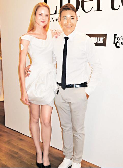 黄长发(右)开模特儿公司,主打外籍模特