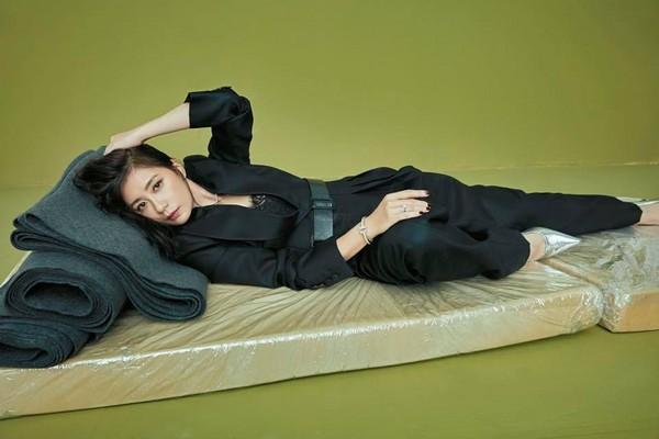 贾静雯躺床垫上也能性感妩媚撩人:姐也是个专业演员