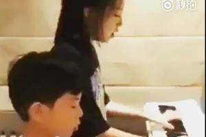 甄子丹儿女四手联弹 女儿唱英文歌超有范儿