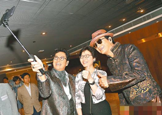 在演唱会开始前,许冠杰和谭咏麟跟特首林郑月娥(中)合照。