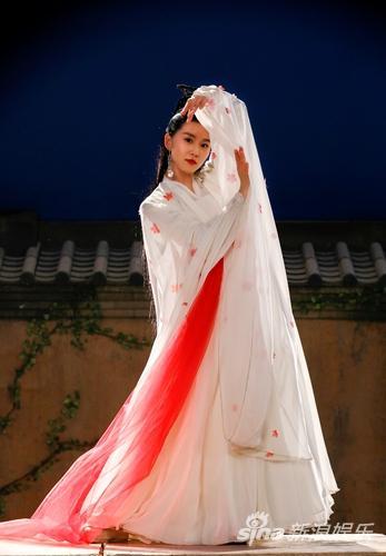 刘诗诗《醉玲珑》一袭白衣鼓上独舞 展飘逸之姿