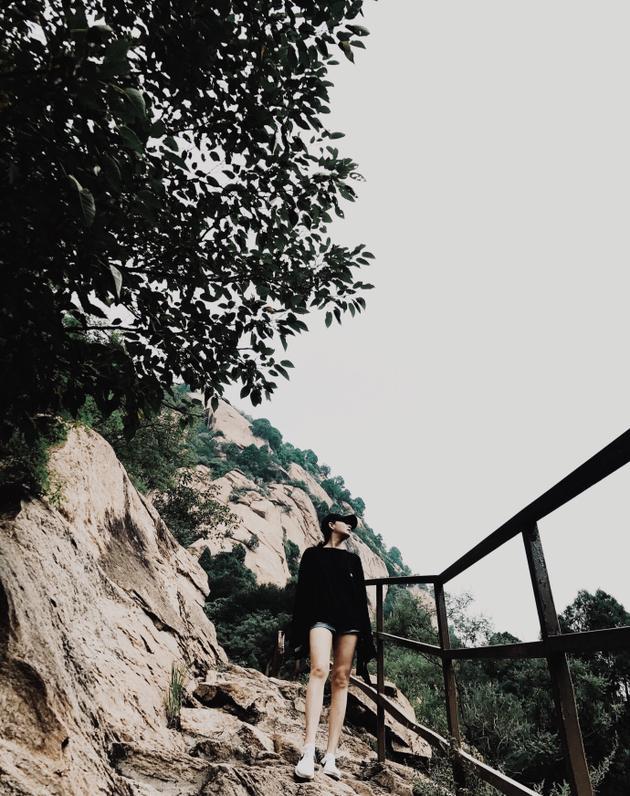 殷桃登山遭遇雷雨天气 晒美照白长直腿抢镜