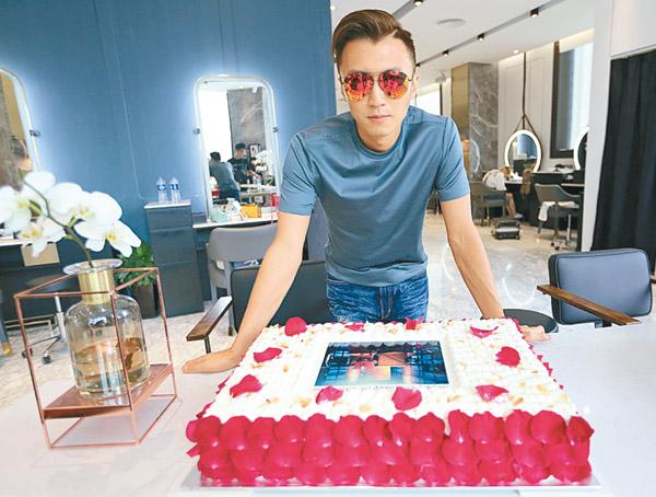 谢霆锋耍帅表情与蛋糕合照。
