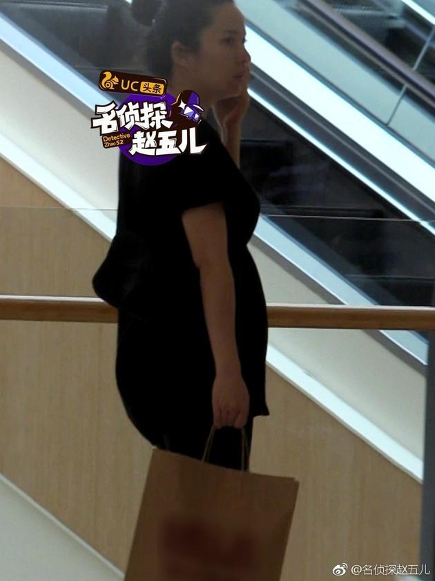5月份就有网友目击靳东老婆李佳挺着大肚子逛街