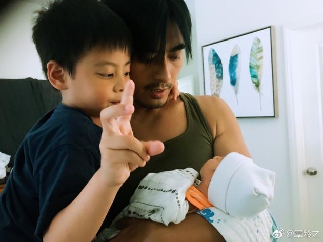 陈龙怀抱二胎儿子哄睡觉 妻子章龄之甜蜜晒幸福