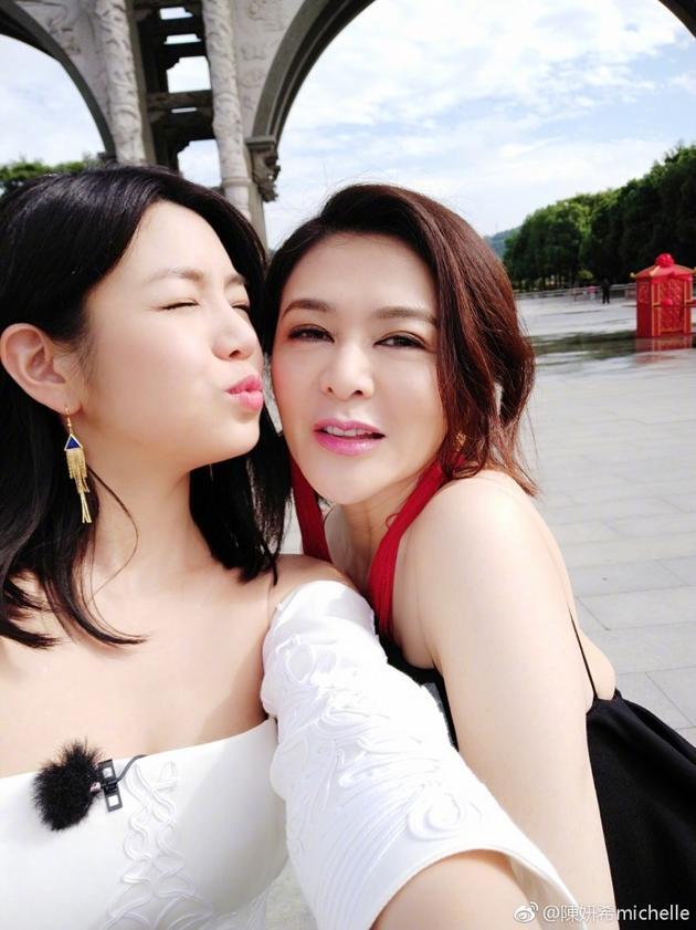 陈妍希自称十四姨 十三姨关之琳:快到姐姐碗里来