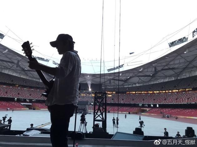 五月天北京演唱会遇大雨 怪兽提醒歌迷注意安全