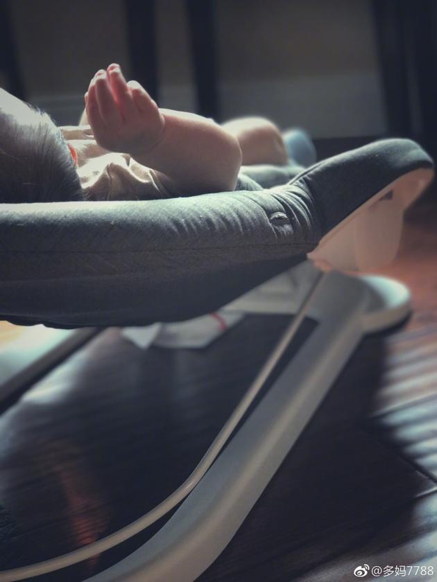 黄磊老婆首晒小儿子 多妹亲吻弟弟小脚超有爱